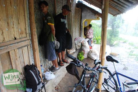 Terjebak hujan saat bersepeda ke Gua Kiskendo di Kulon Progo, Yogyakarta