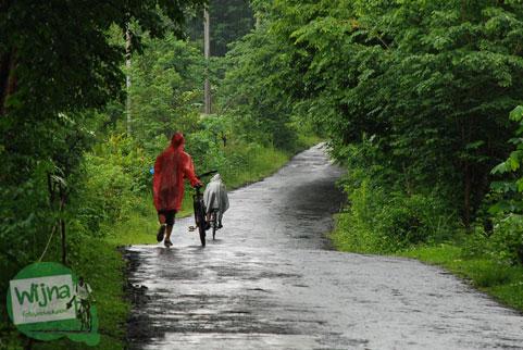 Tips bersepeda memakai jas hujan ke Gua Kiskendo, Kulon Progo, Yogyakarta