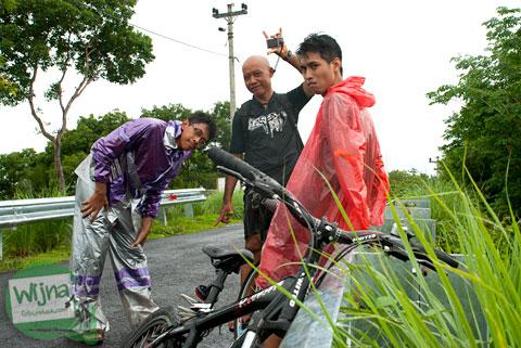 Tiga Pria Lajang Bersepeda ke Gua Kiskendo di Kulon Progo, Yogyakarta