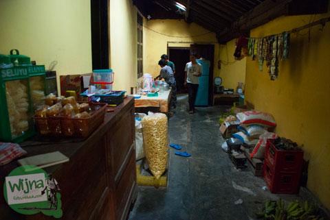 Pengunjung warung makan mbah Juri, Banjaroya bebas mengambil lauk makanan di dapur tradisional