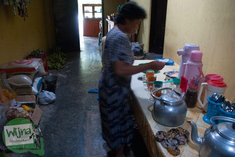 Suasana dapur tradisional di warung makan Mbah Juri Banjaroya, Kulon Progo yang bersih dan nyaman