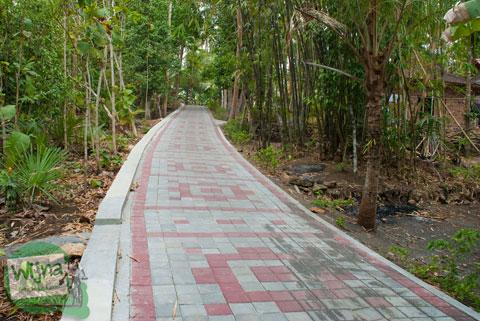 Jalan desa Salamrejo menuju ke Sendang Klampok, di Sentolo, Kulon Progo