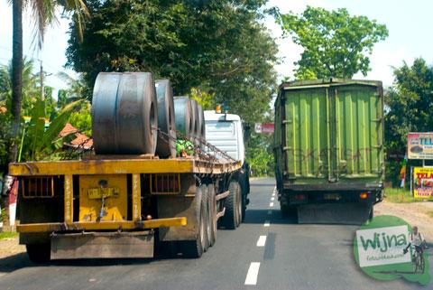 Kondisi lalu lintas pasca mudik 2014 di Kemrajen, Banyumas yang padat karena ambruknya Jembatan Comal di Pemalang