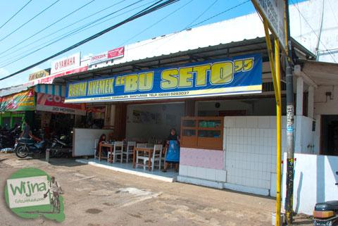 Tampilan luar bangunan warung rumah makan Bakmi Nyemek Bu Seto, Kemrajen, Banyumas