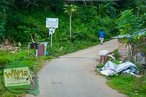 Awal jalan tanjakan menuju air terjun Lubuak Tampuruang, Padang, Sumatra Barat.