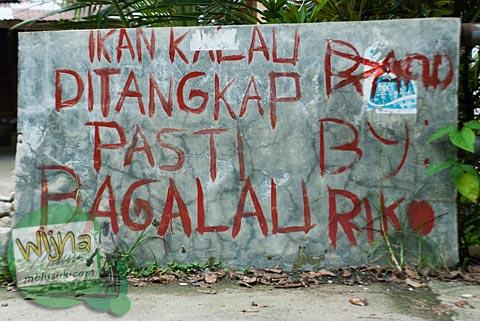 Tembok bertuliskan bahasa minang di desa Kuranji, Padang, Sumatera Barat.