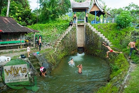 Anak-anak bermain air di Bendung Sungai Gua di desa Kuranji, Padang, Sumatra Barat.