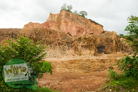 Bukit hilang karena tanahnya dikeruk yang ada di desa Kuranji, Padang, Sumatera Barat.