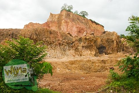 Bukit hilang karena tanahnya dikeruk yang ada di desa Kuranji, Padang, Sumatra Barat.