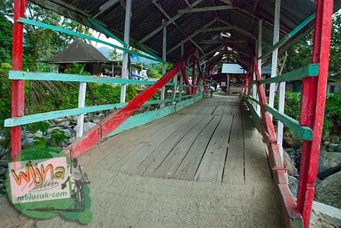 Suasana interior Jembatan kayu tua beratap gadang di desa Kuranji, Padang, Sumatera Barat.