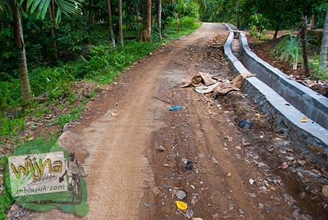 Jalan rusak menuju air terjun Lubuak Tampuruang, Padang, Sumatera Barat