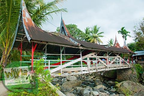 Jembatan kayu tua di desa Kuranji, Padang, Sumatra Barat.