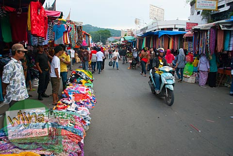 Suasana keramaian sore hari di Pasar Raya di kota Padang, Sumatera Barat.