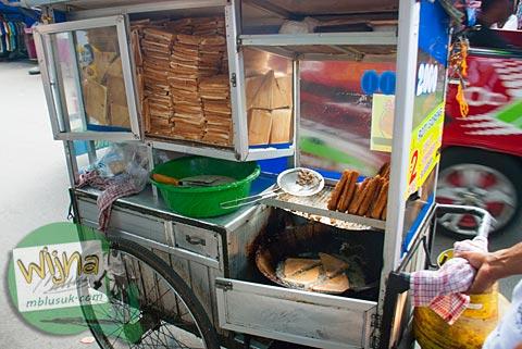 penjual roti goreng di Pasar Raya kota Padang, Sumatera Barat.