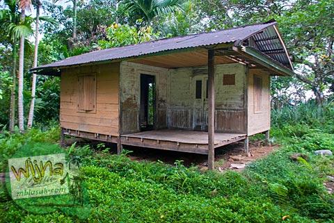 rumah adat panggung yang terlantar di pelosok desa Kuranji, Padang, Sumatra Barat
