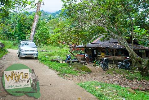 Warung Bu Sawelni di desa Kuranji. Satu-satunya warung menuju air terjun Lubuak Tampuruang.