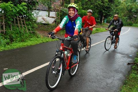 Bersepeda menerjang germisi ke Embung Nglanggeran Pathuk Gunungkidul, Yogyakarta di Hari Natal