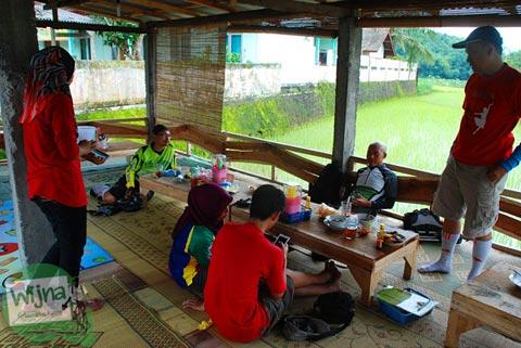 Makan di pinggir sawah dekat dari Embung Nglanggeran Pathuk Gunungkidul, Yogyakarta di Hari Natal