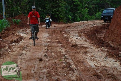 Jalan tanah rusak menuju Embung Nglanggeran Pathuk Gunungkidul, Yogyakarta di Hari Natal