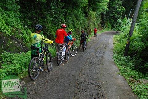 Bersepeda lewat tanjakan Klegung menuju Embung Nglanggeran Pathuk Gunungkidul, Yogyakarta di Hari Natal