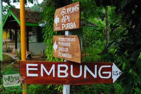 Papan petunjuk arah mobil ke Embung Nglanggeran Pathuk Gunungkidul, Yogyakarta di Hari Natal