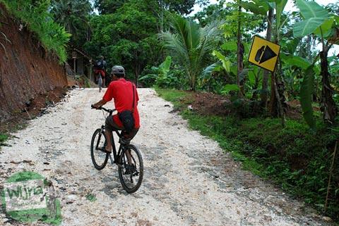 Jalan tanah kapur gamping arah ke Embung Nglanggeran Pathuk Gunungkidul, Yogyakarta di Hari Natal