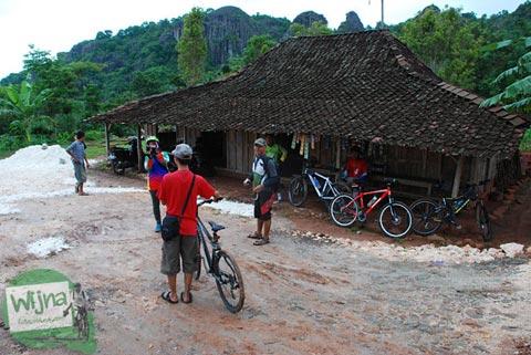 Warung teh hangat di dekat Embung Nglanggeran Pathuk Gunungkidul, Yogyakarta di Hari Natal