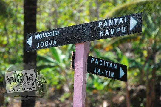 Papan petunjuk arah ke Pantai Nampu di Wonogiri Jawa Tengah dari Pacitan, Solo, Jogja, Wonosari, dan sekitarnya.