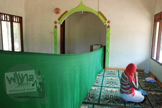 lokasi masjid di dekat pantai grojokan banyutibo di desa widoro donoharjo pacitan