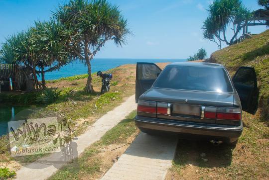 lokasi parkir mobil kendaraan roda empat pengunjung pantai grojokan banyutibo donoharjo pacitan yang terkenal dengan air terjun jatuh ke laut