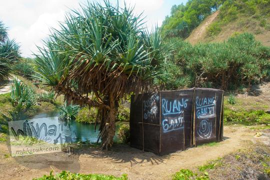 ruang bilik ganti pakaian di pantai grojokan banyutibo donoharjo pacitan saat masih belum terkenal di tahun 2013