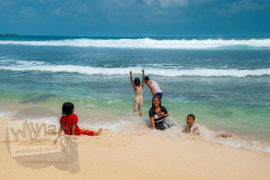 Foto perempuan cantik dan gadis muda sedang bersantai di Pantai Nampu yang terletak di Wonogiri, Jawa Tengah.