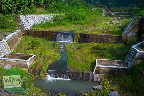 lokasi dam kali kuning di umbulharjo, cangkringan, sleman dekat dengan desa wisata pentingsari yang berbentuk air terjun kecil