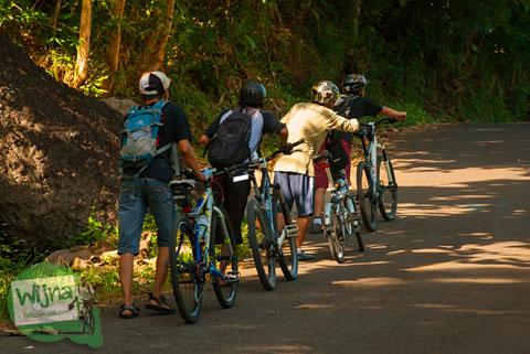 Menuntun sepeda berjamaan di Tanjakan Patuk, Gunungkidul yang terkenal terjam dan curam