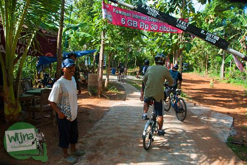 pos retribusi masuk ke Desa Wisata Jurug Taman Sari boleh membawa sepeda tidak dipungut biaya