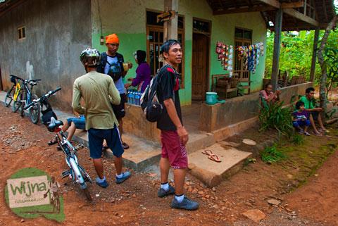 Warung warga desa yang menjual jajanan makanan dan minuman murah meriah di Desa Wisata Jurug Taman Sari, Semoyo, Patuk, Gunungkidul