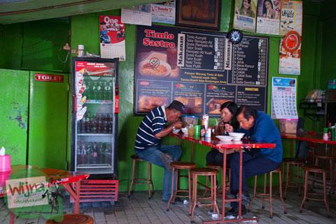 Pengunjung warung Timlo Sastro di Kota Solo, Jawa Tengah