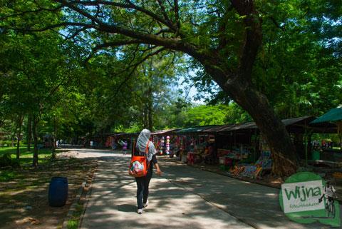 Foto suasana jalan pengunjung di dalam Taman Satwa Taru Jurug Surakarta pada tahun 2014
