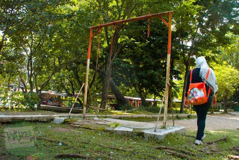 Foto permainan ayunan yang tidak terawat di Taman Satwa Taru Jurug Surakarta pada tahun 2014