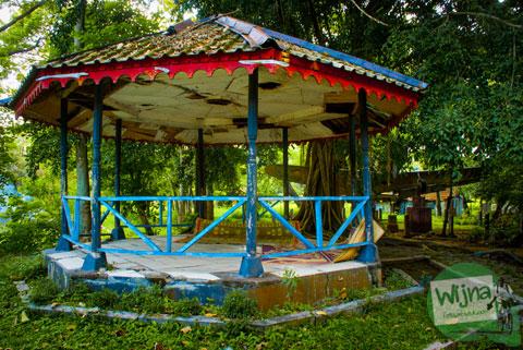 Foto gazebo taman gesang yang tidak terawat di Taman Satwa Taru Jurug Surakarta pada tahun 2014