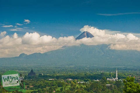 Pemandangan gunung Merapi, Candi Prambanan, Candi Sojiwan di masa lampau dari bukit Abhayagiri Sumberwatu Heritage saat belum ada