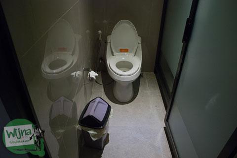 suasana di dalam toilet Abhayagiri Sumberwatu Heritage, Yogyakarta