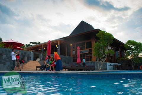 cewek hijab cantik berenang di kolam renang hotel Abhayagiri Sumberwatu Heritage, Prambanan, Yogyakarta