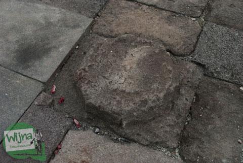 Bentuk umpak batu asli pada Stupa Sumberwatu di dalam Sumberwatu Heritage Prambanan pada Desember 2013