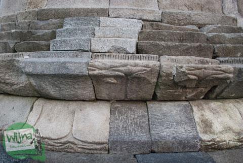 Batu penyusun candi asli dan pengganti pada Stupa Sumberwatu di dalam Sumberwatu Heritage Prambanan pada Desember 2013