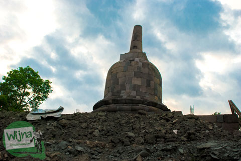 Mendaki Bukit menggapai Stupa Sumberwatu di dalam Sumberwatu Heritage Prambanan pada Desember 2013