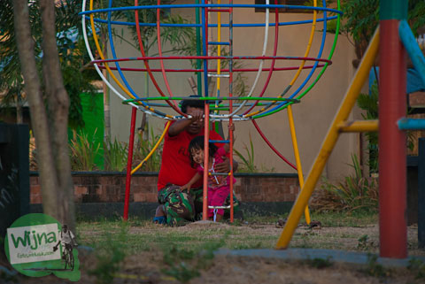 anak-anak sedang bermain di Pusat Kuliner Niten Tirtonirmolo