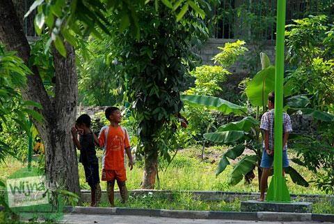 Anak-anak bermain petak umpet di Taman Gajah Wong Park, Umbulharjo, Yogyakarta