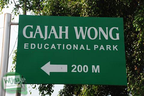 Papan petunjuk arah ke Taman Gajah Wong Park, Umbulharjo, Yogyakarta