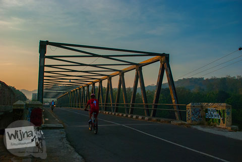 Jembatan Besi Tua peninggalan zaman Belanda di desa Siluk Imogiri.